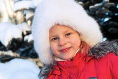一个白色蓬松帽子的小女孩 免版税库存图片