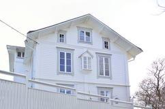 一个白色迷人的房子在有姜饼工作的Vaxholm 库存图片