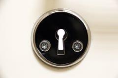 一个白色门的匙孔特写镜头 免版税图库摄影