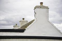 一个白色门面和一个房子屋顶在约翰o `少量 库存照片