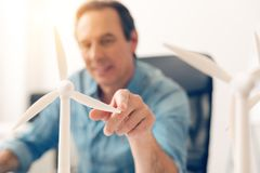 一个白色风车模型的选择聚焦 免版税库存图片