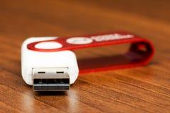一个白色USB闪光推进连接器的特写镜头视图有红色盖帽的 库存图片