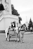 一个白马在喀山克里姆林宫搭载游人 免版税图库摄影