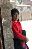 一个盖丘亚族人的女孩的画象从Taquile海岛的喀喀湖的 O 库存照片