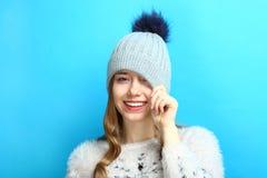 一个盖帽的女孩有绒球的 库存照片