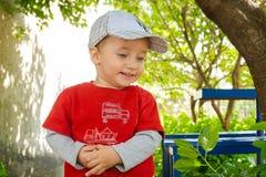 一个盖帽的愉快的婴孩步行的 库存图片