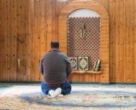 一个相信的穆斯林在白色清真寺- Al白尼罗河祈祷在老城拿撒勒在以色列 库存图片