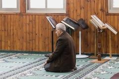 一个相信的穆斯林在白色清真寺- Al白尼罗河祈祷在老城拿撒勒在以色列 免版税库存照片