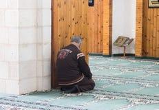 一个相信的穆斯林在白色清真寺- Al白尼罗河祈祷在老城拿撒勒在以色列 免版税库存图片