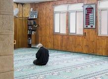 一个相信的穆斯林在白色清真寺- Al白尼罗河祈祷在老城拿撒勒在以色列 图库摄影
