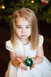 一个相当严肃的逗人喜爱的女孩小金发碧眼的女人的画象有straigh的 库存照片
