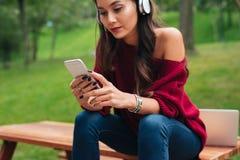 一个相当亚裔女孩的播种的图象耳机的 免版税库存照片