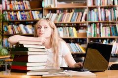 一个相当女学生的画象在图书馆里 库存图片