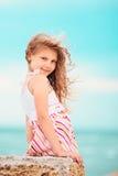 一个相当小女孩的画象有挥动的在风长的ha 免版税库存图片