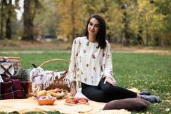 一个相当少妇的画象有野餐在公园 库存照片