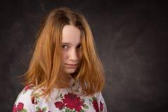 一个相当年轻粗野的红头发人女孩的画象 免版税库存图片