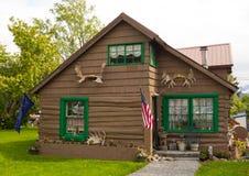 一个相当木房子在阿拉斯加 库存照片