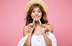 一个相当棕色毛发的女孩的画象夏天帽子的 免版税图库摄影