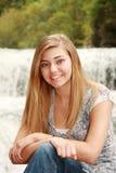 一个相当白肤金发的女孩的室外纵向 免版税库存照片