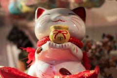 一个相当白色中国猫玩具 免版税图库摄影