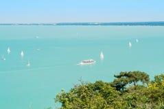 一个看法从上面向从小山的Balaton湖与白色游艇 库存图片