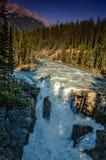一个看法从上面在一条山河的粗砺的小河在中 免版税库存照片