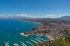一个看法从上面在卡斯泰拉姆马雷德尔戈尔福沿海城市在北西西里岛 库存图片