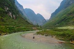 一个看法向一个谷的河在河江市,北越南 库存照片
