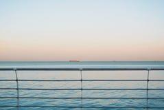 一个看法向有一只货船的海在背景和金属 免版税库存照片