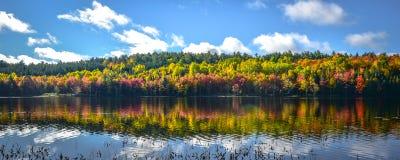 一个看法向湖在10月 库存照片
