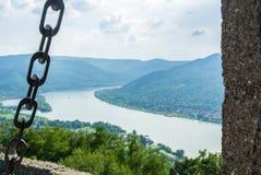 一个看法向从维谢格拉德城堡在小山,在城堡墙壁的细节的选择的焦点的多瑙河 免版税库存图片