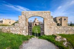 一个看法通过Panagia Kanakaria教会和修道院入口门土耳其语的占领了塞浦路斯2的边 免版税库存照片