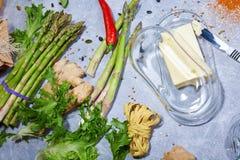 一个看法从上面在厨房用桌构成 充分新鲜的晚餐成份在灰色背景的维生素 免版税库存图片