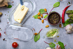 一个看法从上面在厨房用桌构成 充分新鲜的晚餐成份在灰色背景的维生素 库存照片