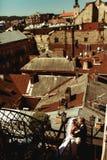 一个看法从上面在站立在一个老屋顶的婚礼夫妇 库存照片