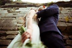 一个看法从下面在一对拥抱的婚礼夫妇 免版税库存图片