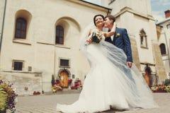 一个看法从下面在站立在的华美的婚礼夫妇 库存图片