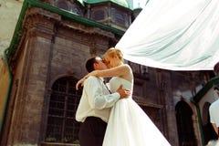 一个看法从下面在站立在a前面的婚礼夫妇  免版税库存照片