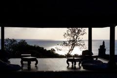 一个眺望台的剪影在巴厘岛 库存图片