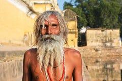 一个眼睛瞎的贫困者有日光浴室外 库存照片