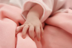 一个睡觉的新出生的婴孩的手-宏指令 库存图片