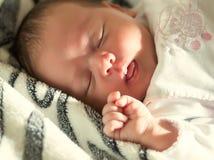 一个睡觉的婴孩的面孔 库存照片
