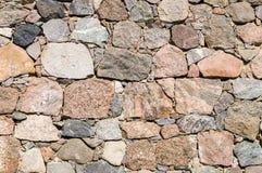 一个石墙的表面,五颜六色的冰砾 免版税库存照片