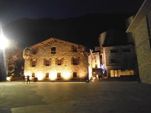 一个石房子在晚上在安道尔城 库存照片