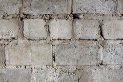 一个石房子的墙壁从概略的具体块的与水泥片断  库存照片