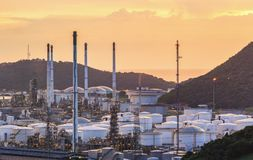 一个石油化学工业的精炼厂在晚上 库存图片