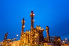 一个石油化学工业的精炼厂在晚上 免版税库存照片