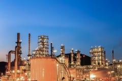 一个石油化学工业的精炼厂在晚上 库存照片
