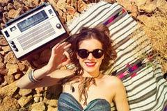 一个石海滩的美丽的女孩 免版税库存图片