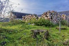 一个石谷仓的墙壁一个农业被放弃的农场的 免版税库存照片